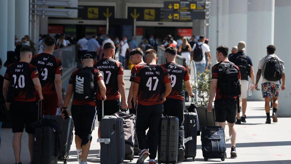 Eine deutsche Reisegruppe am Flughafen von Palma de Mallorca – die Maskenpflicht am Flughafen wurde aufgehoben