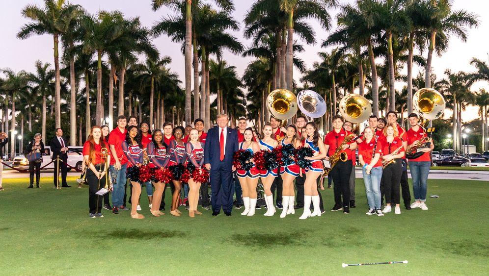 Klubchef Trump, Mitglieder der Florida Atlantic University Marching Band: Wer seinen Ring nicht küsst, wird kaltgestellt