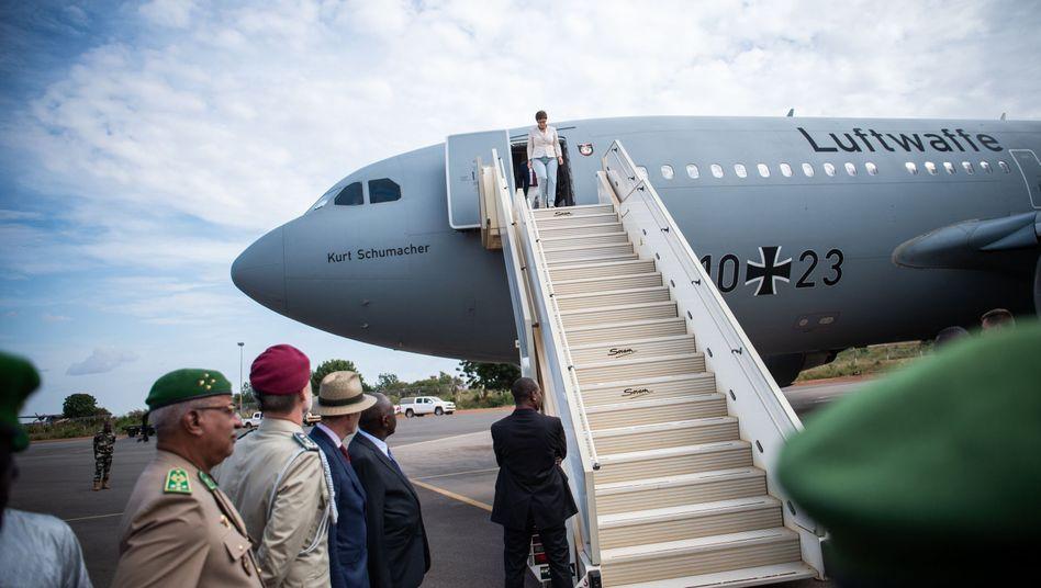 Verteidigungsministerin Annegret Kramp-Karrenbauer (CDU) steigt aus einem Airbus A310 der Luftwaffe.