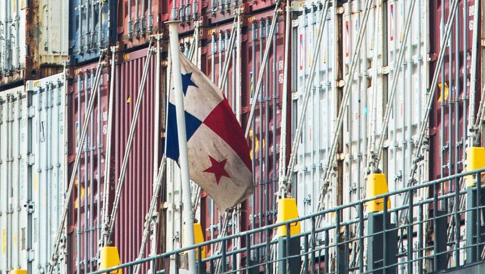 Flagge von Panama auf einem Containerschiff im Hamburger Hafen