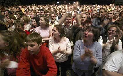 Fans in der Halle: Ticket zu zehn Euro