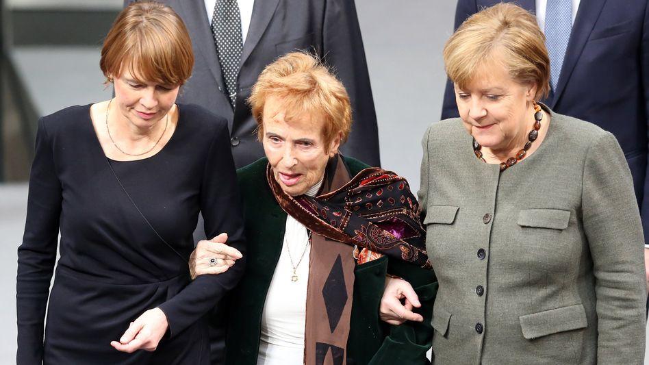 Renate Lasker-Harpprecht 2018 im Bundestag, an ihrer Seite Kanzlerin Angela Merkel (r.) und Elke Büdenbender