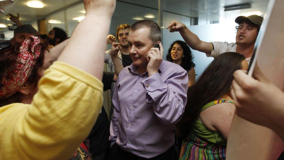 BA-Chef Walsh (Mitte): Umgeben von wütenden Demonstranten