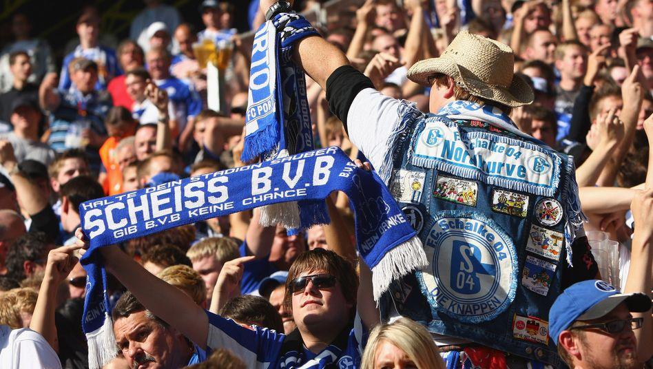 Schalke-Fans beim Derby: Traditionelle Feindschaft mit dem BVB
