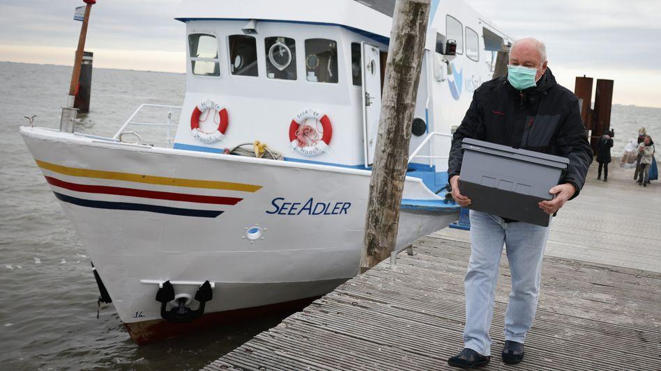Anlieferung von Impfstoff per Schiff auf der Hallig Hooge