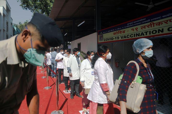 Schlange stehen für den Impfstoff: medizinisches Personal in Mumbai
