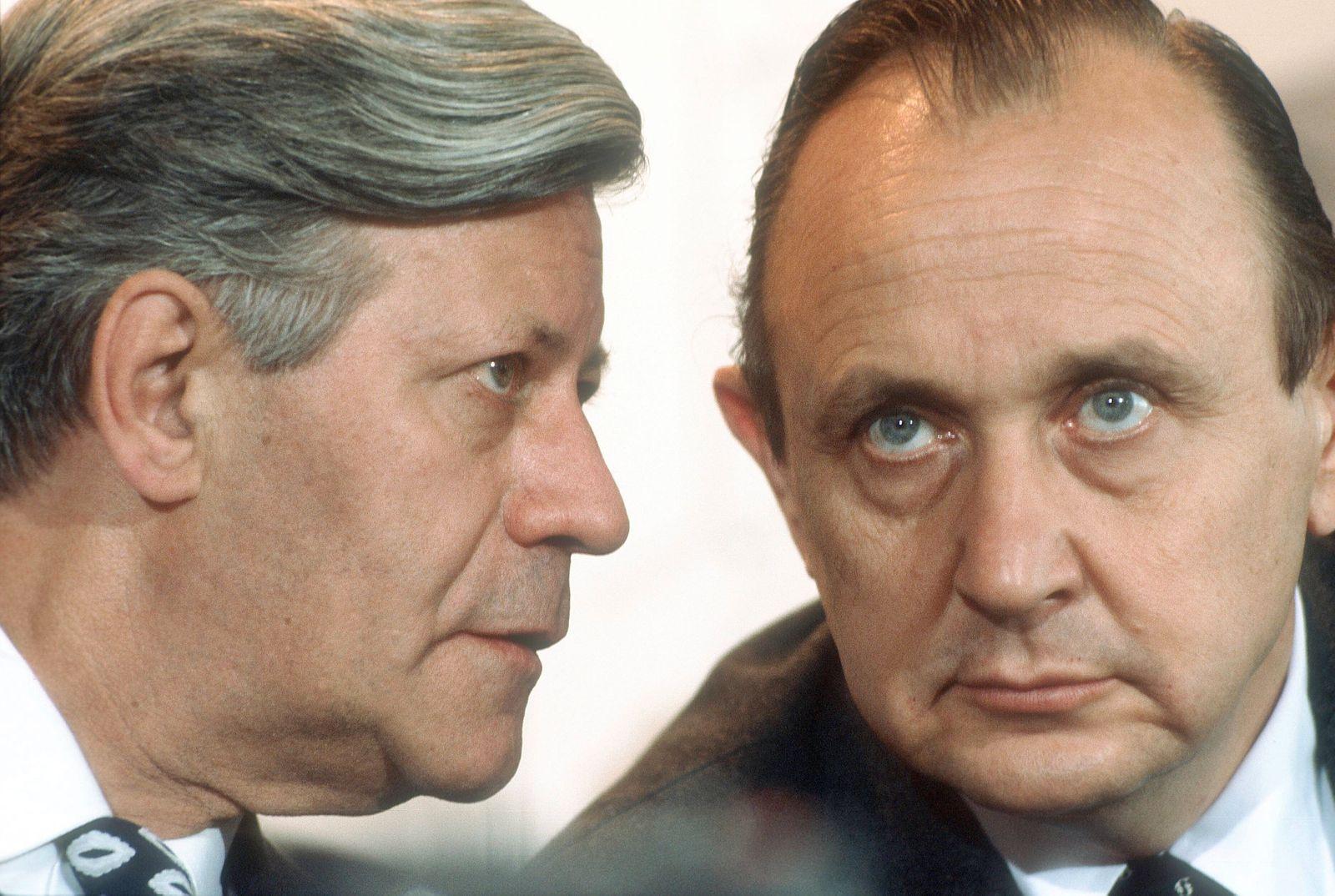 Bundesaussenminister Hans-Dietrich GENSCHER (r), FDP, und Bundeskanzler Helmut SCHMIDT , SPD. Bonn , 1977 , , Bonn Deut