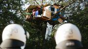 """Unbekannte werfen Steine auf Polizeifahrzeuge - Aktivisten kritisieren """"Schikane"""""""