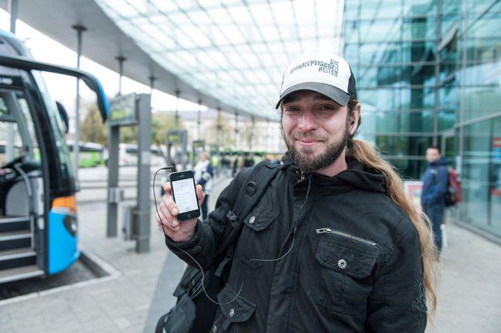 Nach Amsterdam mit Musik im Ohr: Adrian Vogel am ZOB in Hamburg