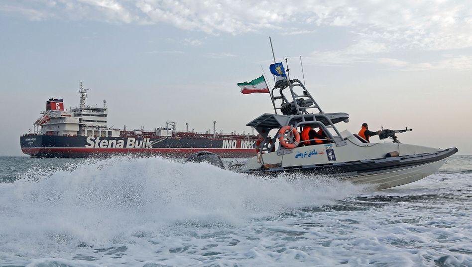 """Ein Boot der Iranischen Revolutionsgarden in der Nähe des Tankers """"Stena Impero"""""""