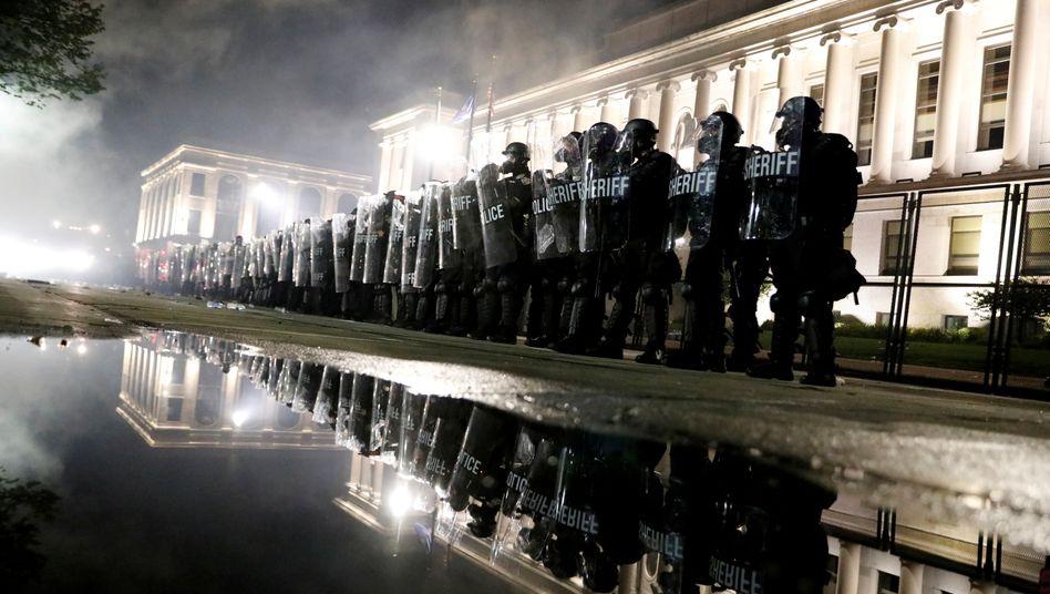 Gewalt auf den Straßen der USA: Polizisten in Kenosha