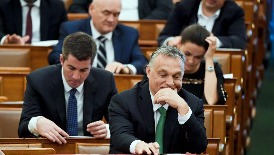 Ungarns Premierminister Viktor Orbán mit Parteikollegen im ungarischen Parlament (Archivbild)