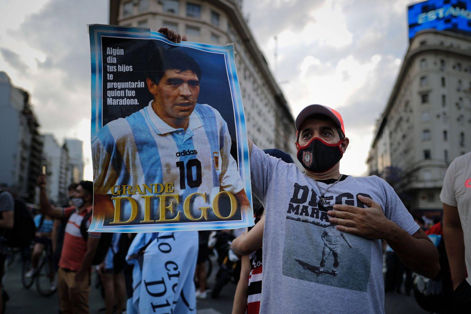 Argentinien, Trauer um Diego Armando Maradona Hundreds of people gather at the Obelisk to say goodbye to Diego Armando M