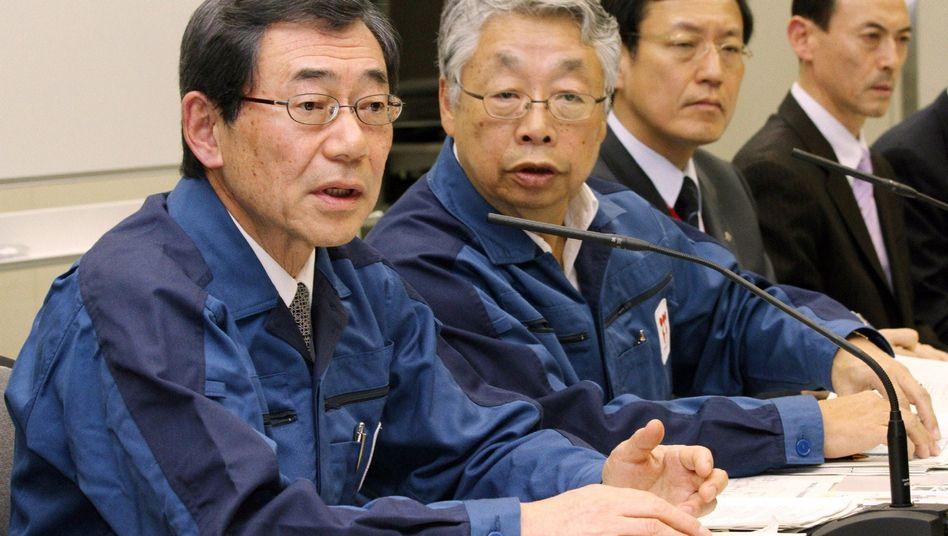 Tepco-Chef Masataka Shimizu (li.) am 13. März: Bluthochdruck und Schwindelgefühle