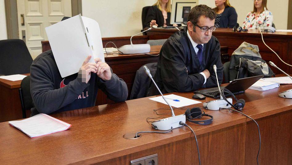Angeklagte mit seinem Anwalt vor Gericht (Archivbild)