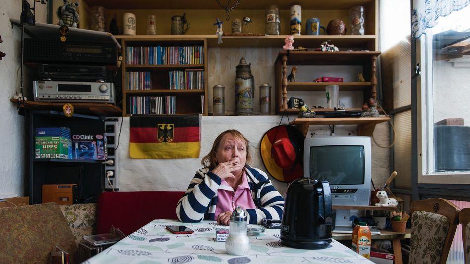 """Verurteilte Hosang auf ihrer Veranda in Rieder:""""Der Alte behielt gern die Kontrolle"""""""