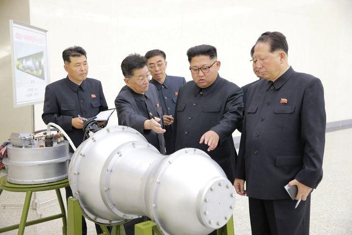 Kim Jong Un mit Militärs