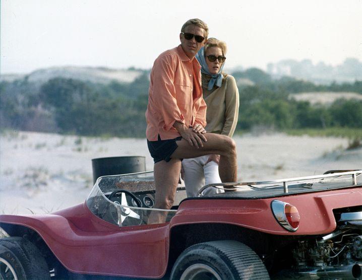 Steve McQueen und Faye Dunaway im Meyers Manx Buggy, der nun versteigert wird