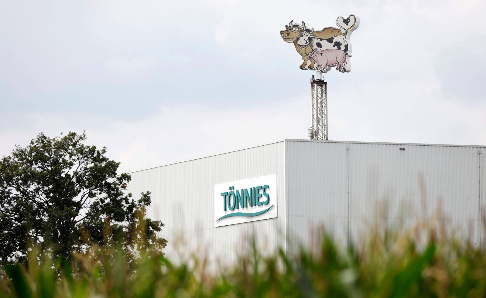 Logo der Lebensmittelfirma T?nnies am Hauptsitz in Rheda-Wiedenbr¸ck. Der Fleisch-Konzern will die Schlacht- und Zerlege