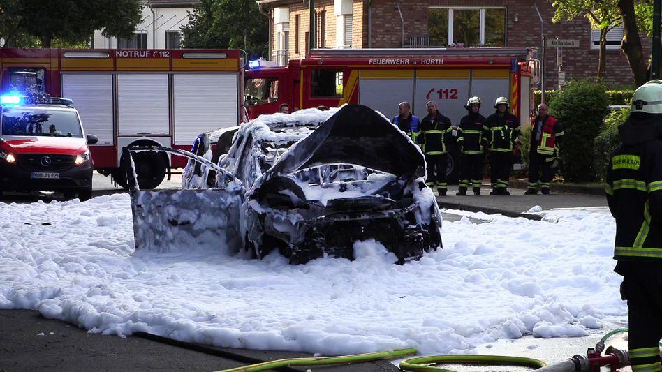 Einsatz in Hürth: Der Brand an den Autos wurde mit Löschschaum bekämpft