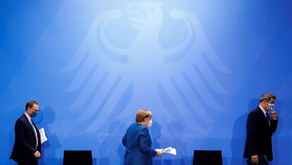 Kanzlerin Merkel, Berliner Regierungschef Müller, Bayerns Ministerpräsident Söder nach dem Treffen am 28. Oktober