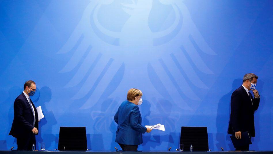 Berlins Regierender Bürgermeister Müller, Kanzlerin Merkel, Bayerns Ministerpräsident Söder im Oktober im Kanzleramt