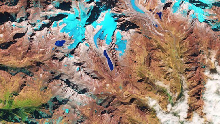 Falschfarbenbild eines Gletschers am Berg Kokthang in indisch-nepalesischen Grenzgebiet. Zwischen 1990 (links) und 2018 (rechts) hat der Gletschersee in der Bildmitte massiv an Fläche zugelegt