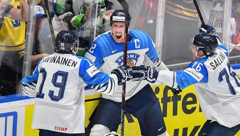 Finnlands Kapitän Marko Anttila (Mitte) feiert sein zweites Finaltor gegen Kanada