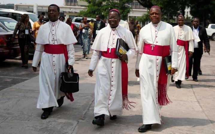 """Marcel Utembi (Mitte) kurz vor Abschluss des """"Silvesterabkommens"""" im Dezember 2016"""