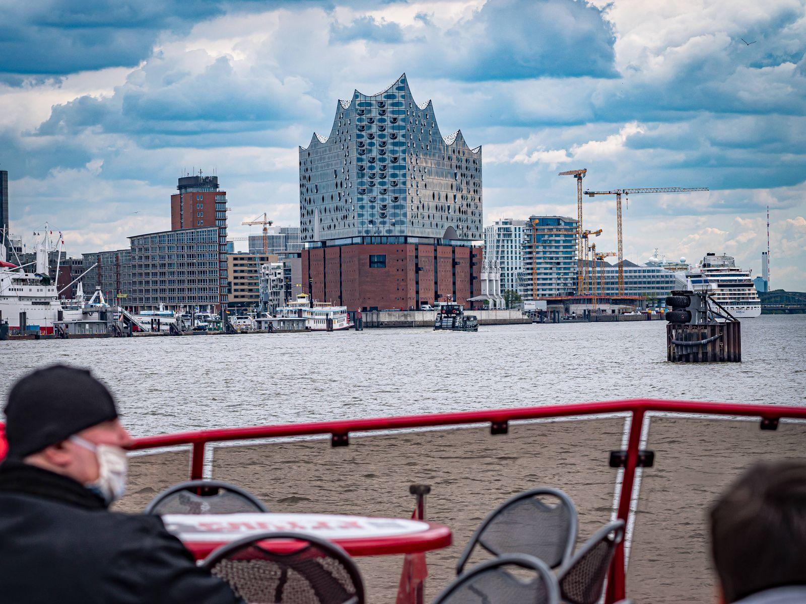 Hamburg, St. Pauli, Hamburger Hafen an der Elbe Bereich Landungsbrücken , Blick Richtung Elbphilharmonie Hamburg *** Ha