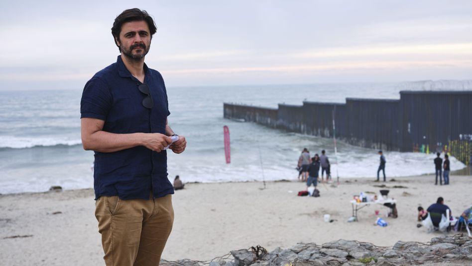 Juan Moreno an der US-Grenze zu Mexiko in Playas de Tijuana