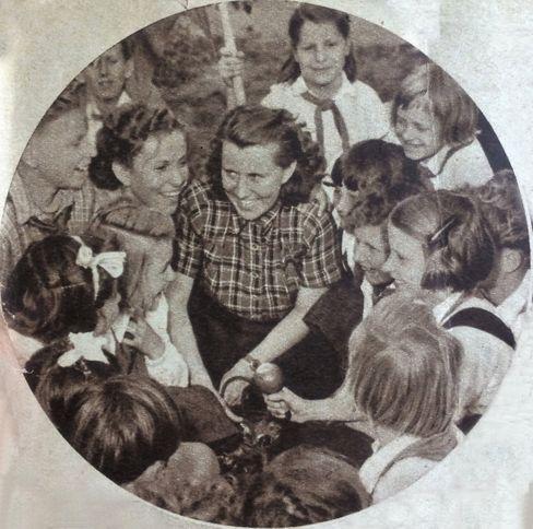 Sprecherkinder: Karla (r., mit Mikro) und Hans Hielscher (l.)