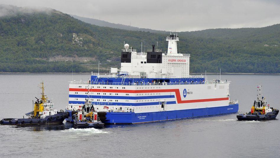 """Die """"Akademik Lomonossow"""" im Hafen von Murmansk, Russland"""