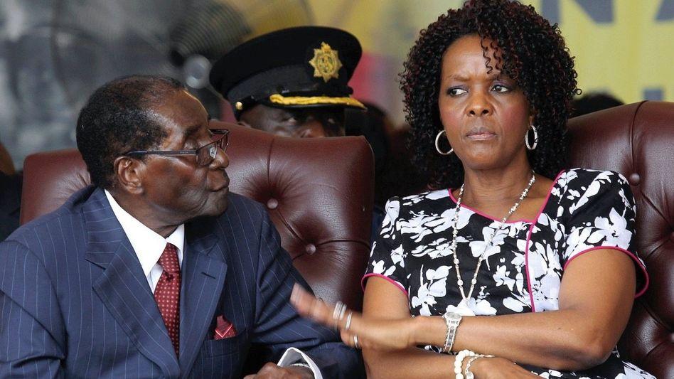 Ehepaar Mugabe im Frühjahr 2016: Ein Greis, der bei Empfängen stolperte, einschlief und alte Reden wiederholte