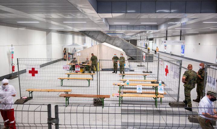 Corona-Teststelle des Roten Kreuz am Berliner Hauptbahnhof: Auch hier hilft die Bundeswehr