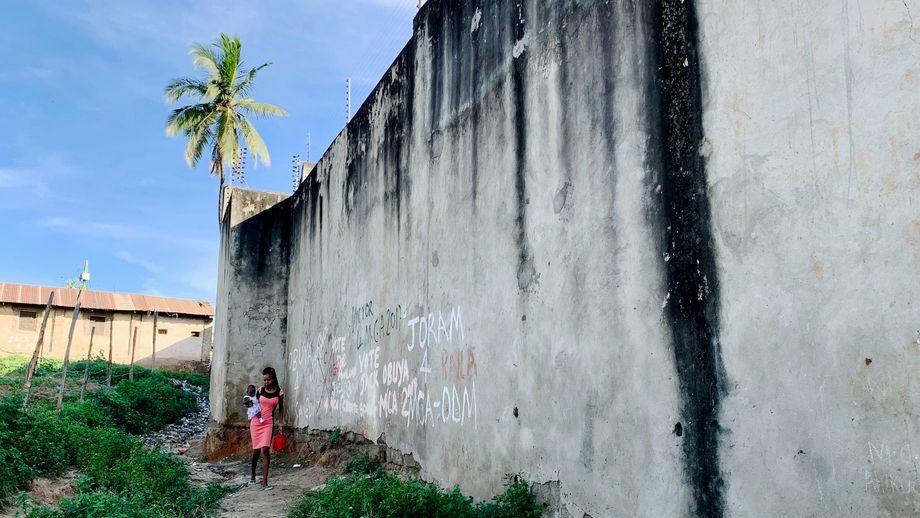 Viele der Häuser von Owino Uhuru grenzen direkt an die Fabrikmauer, durch die auch verseuchtes Wasser in den Slum lief