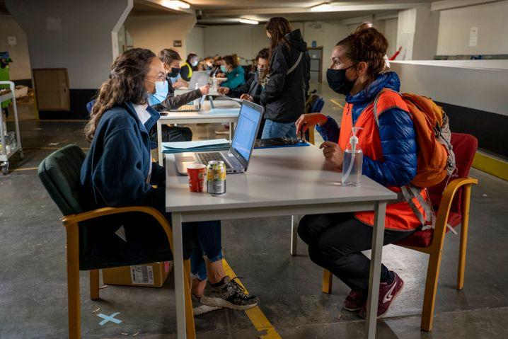 Freiwillige sprechen mit Obdachlosen in Brüssel, um die Zahl der Bedürftigen zu zählen