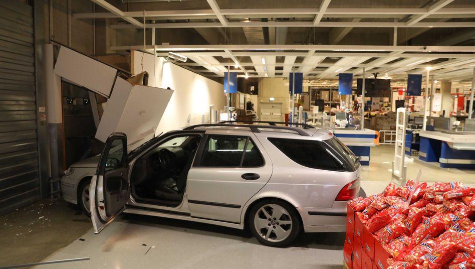 Auto in der Ikea-Filiale in Rostock