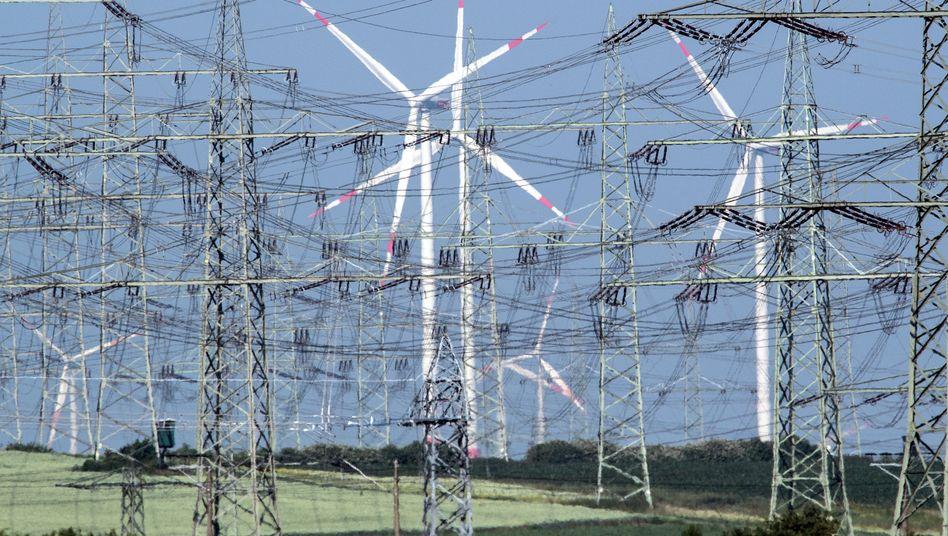 Windräder hinter Strommasten