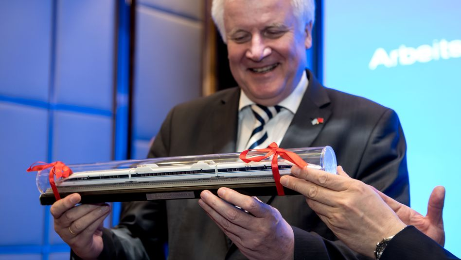 Horst Seehofer mit geschenktem Spielzeug: 2017 erhielt er in China einen Modellbahnzug für seine Anlage
