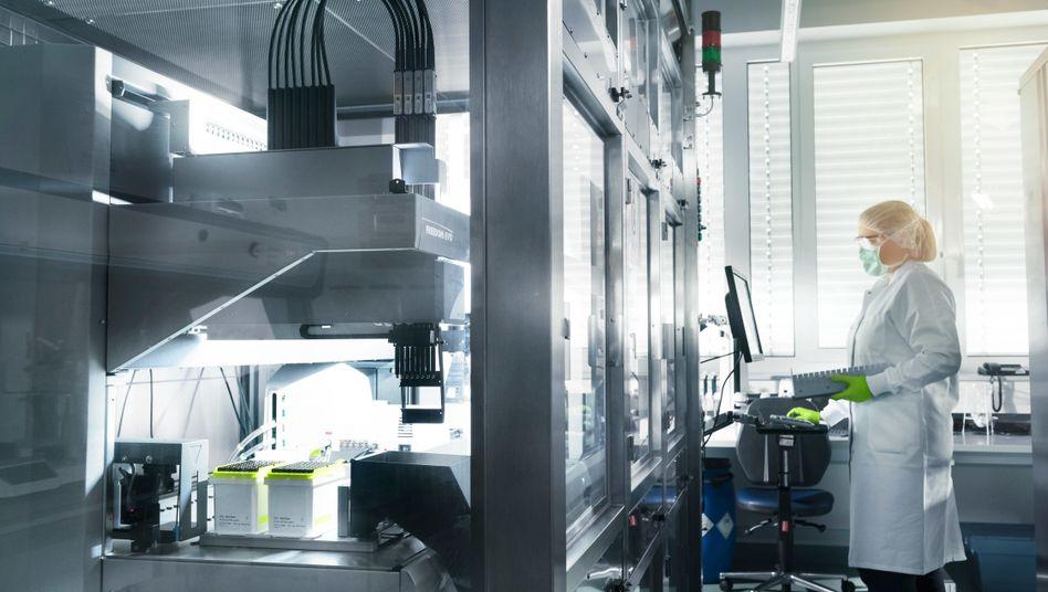 Mitarbeiterin von Biontech im Labor des Unternehmens: Früher dran als alle anderen regulären Wettbewerber