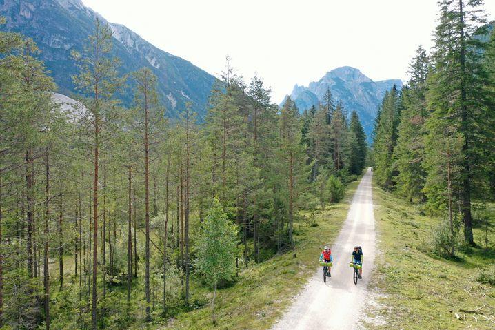 Der Radweg bei Toblach in den Dolomiten