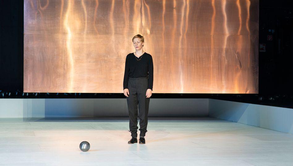 """Sandra Hüller als """"Hamlet"""" in der Inszenierung von Johan Simons am Bochumer Schauspielhaus"""