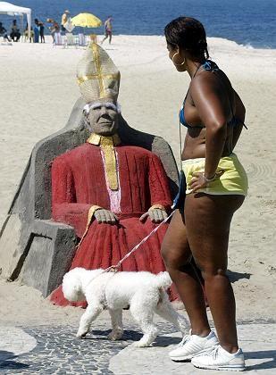 """Sandpapst, Strandbesucherin in Rio: """"Eine Art Inquisition"""""""