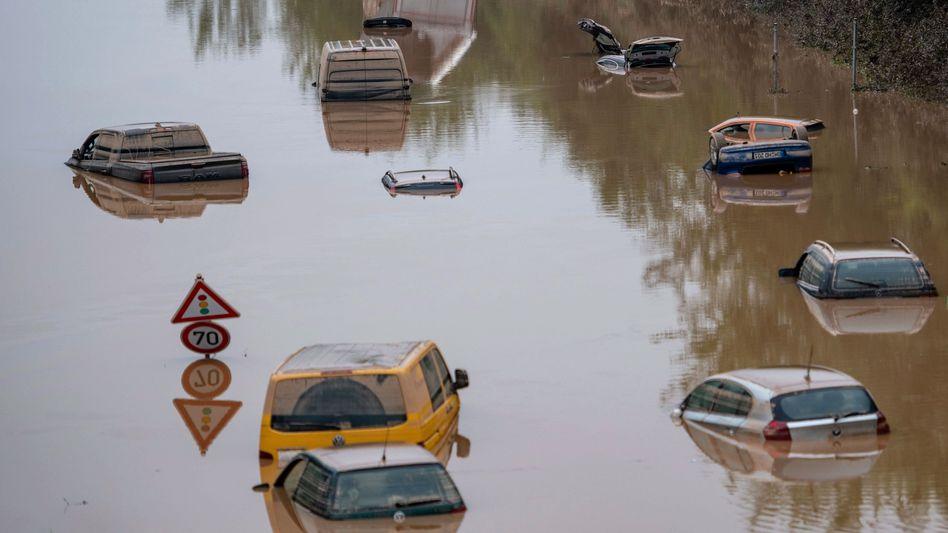 Überflutete Autos in der Nähe von Erftstadt nach den schweren Unwettern Mitte Juli