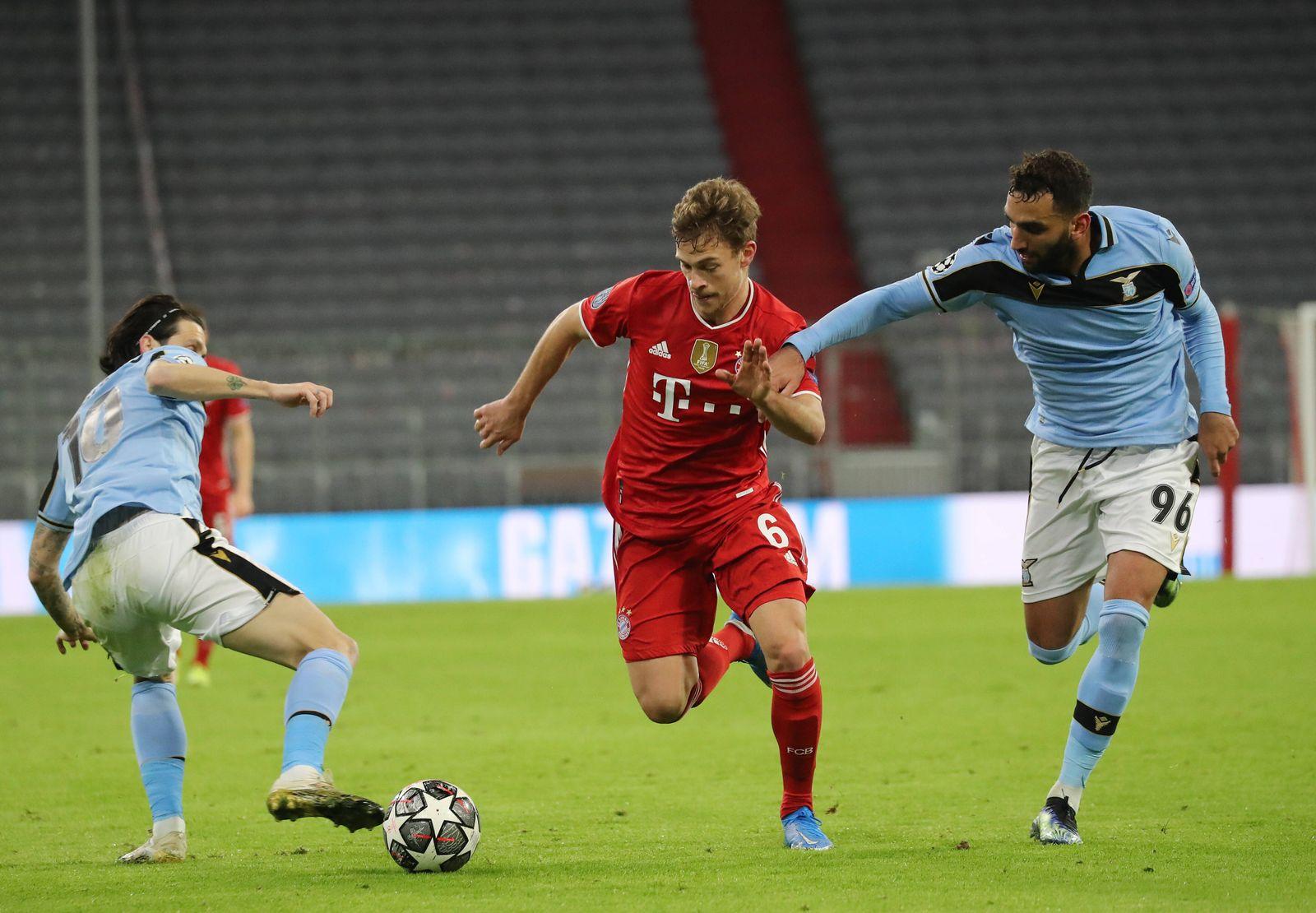 Champions-League: FC Bayern München vs. S.S.Lazio von links: Luis Alberto, Joshua Kimmich und Mohamed Fares München Baye