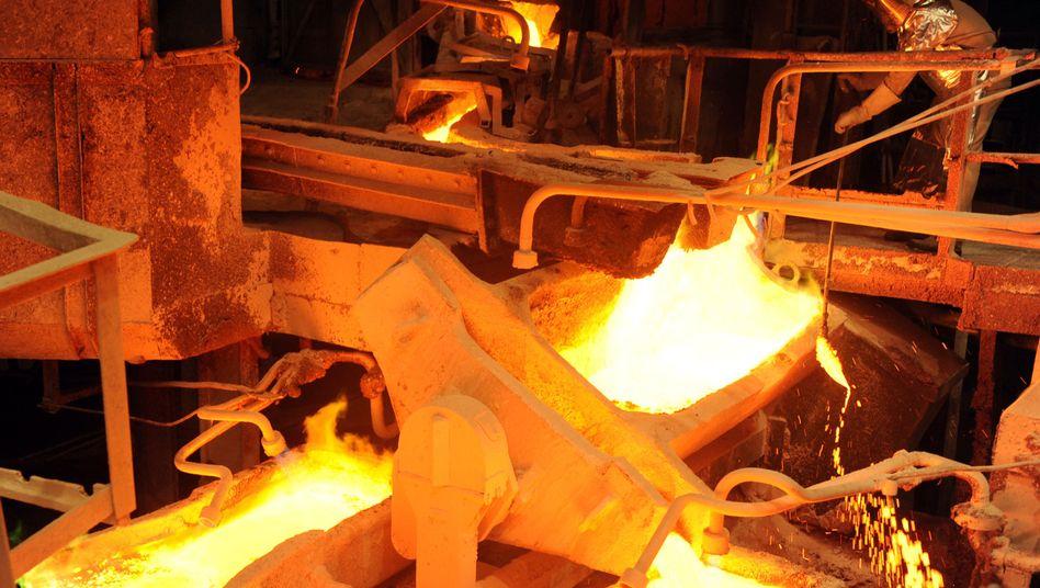 Flüssiges Kupfer bei Aurubis in Hamburg