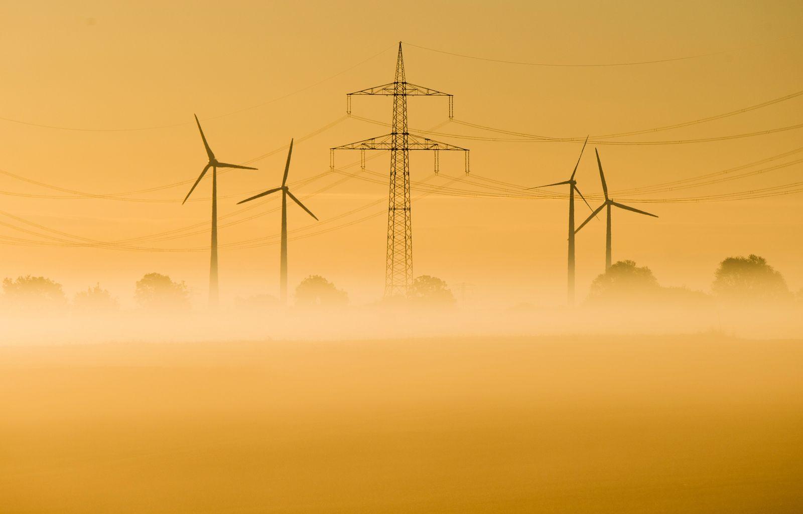 Windräder / Ökostrom / Sonnenaufgang