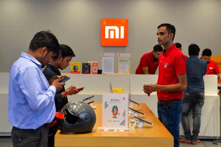 Kunden in einem Mi-Store von Xiaomi in Gurgaon, Indien