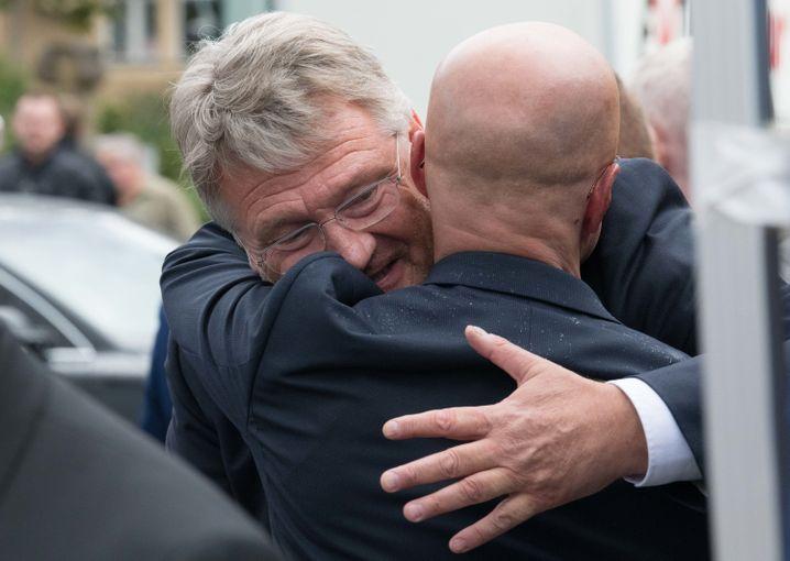 Meuthen umarmt Kalbitz - so war es noch 2019 (beim Wahlkampf in Brandenburg)